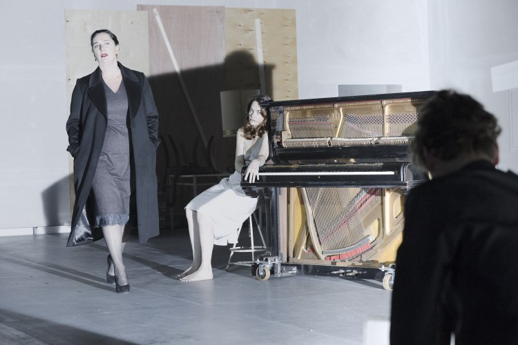 KATE DUCHENE (Juliana), RUTH WILSON (Hedda Gabler) - Photo credit: Jan Versweyveld