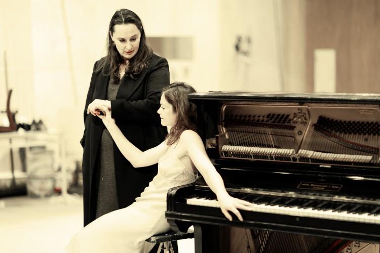 Kate Duchêne (Miss Tesman) and Ruth Wilson (Hedda Gabler) - Photo credit: Jan Versweyveld