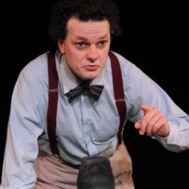 Rhodri Miles as Dylan Thomas in Clown in The Moon