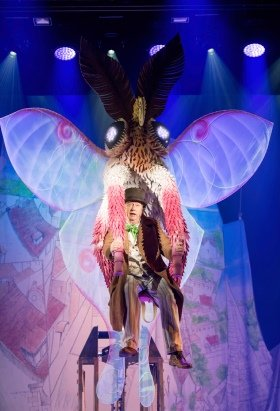 Mark Williams as Doctor Dolittle with the lunar moth in DOCTOR DOLITTLE. Credit Alastair Muir